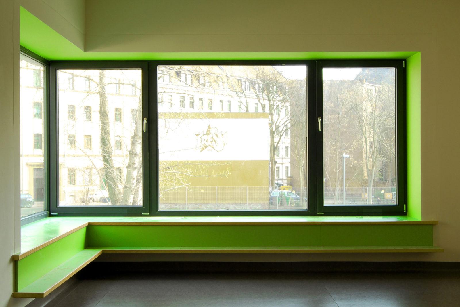Neubau Kita Gleisstraße Leipzig, Plagwitz - Sitzmöbel in der Fensterlaibung
