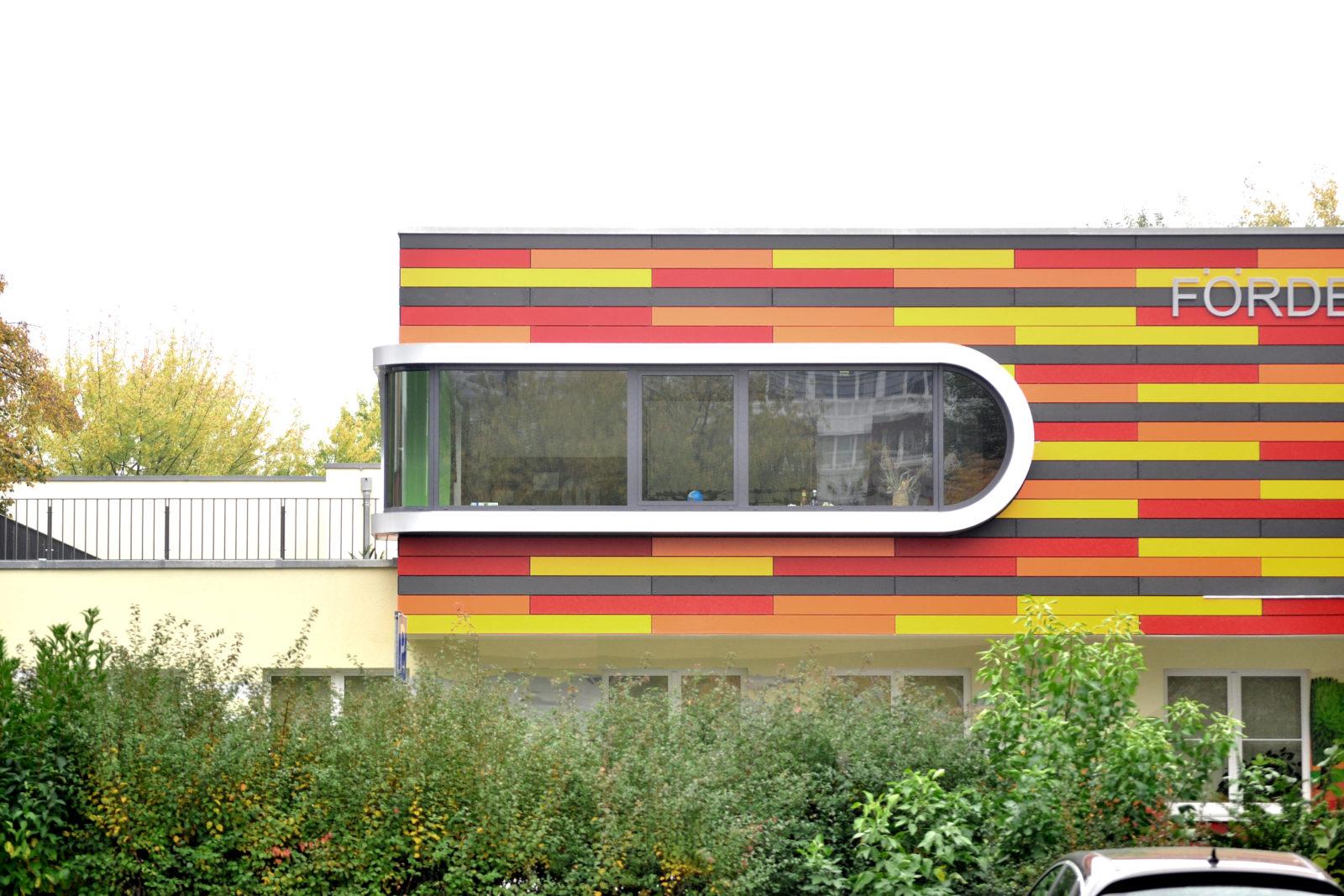 Umbau Werner-Vogel-Schule Leipzig, Lößnig - Außenansicht mit Eckfenster