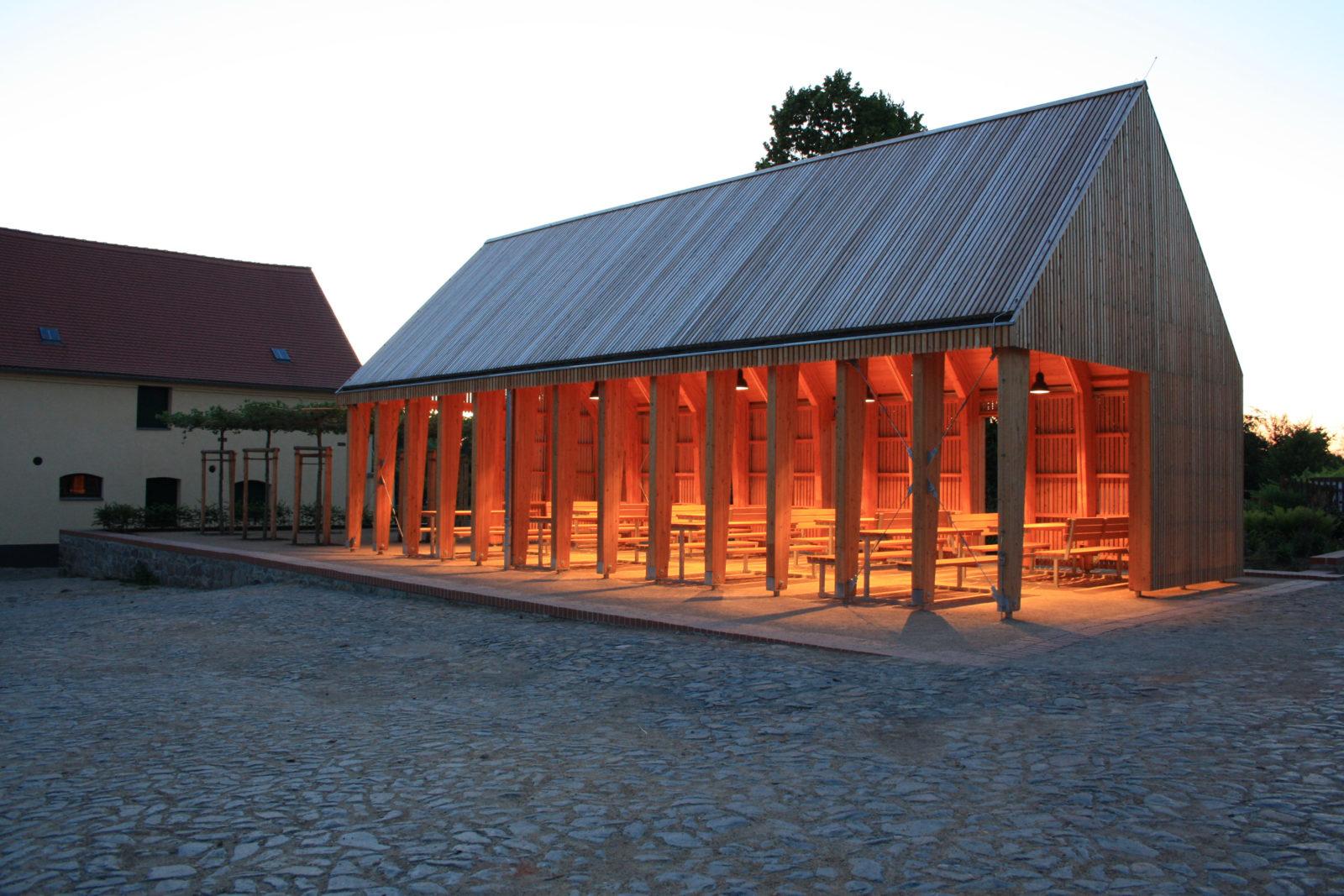 Pavillon im Park Canitz - Außenansicht in der Dämmerung