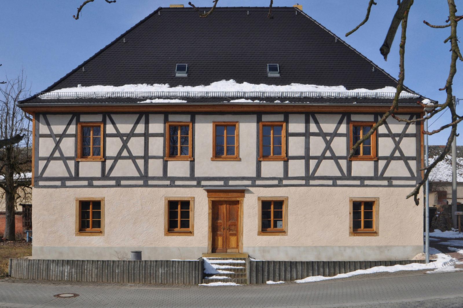 Umbau und Sanierung Baudenkmal Rentmeisterhaus in Püchau - Blick von der Straße