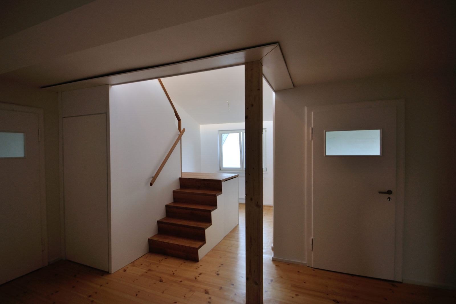 Umbau und Sanierung Mehrfamilienhaus in Leipizg, Plagwitz - Diele mit Innentreppe
