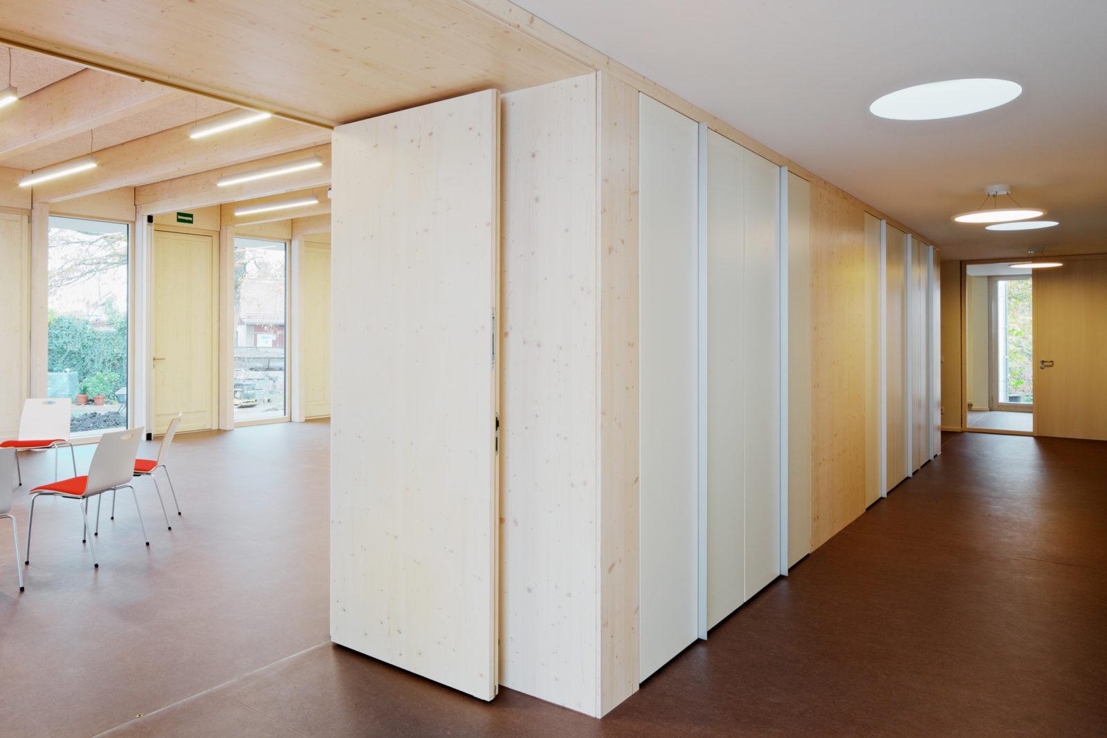 Neubau Gemeindehaus Hoffnungskirchgemeinde in Leipzig, Knauthain - Einbaumöbel als Raumteiler und Stuhllager